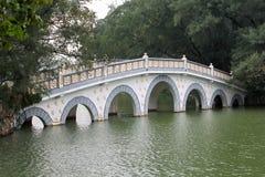 Puente chino típico sobre el agua Fotos de archivo