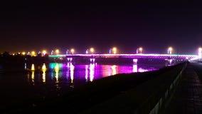 Puente chispeante en el lapso de la noche almacen de video