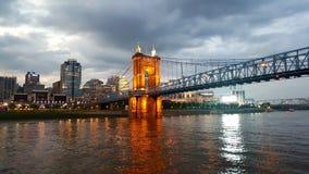 Puente a Cincinnatti Ohio en la oscuridad imagen de archivo libre de regalías
