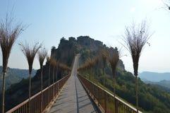 Puente a Civita di Bagnoregio, Italia Foto de archivo
