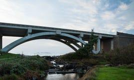 puente claro del concreto del arco que atraviesa Foto de archivo