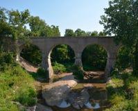 puente claro del concreto del arco que atraviesa Imagen de archivo