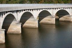 puente claro del concreto del arco que atraviesa Fotografía de archivo