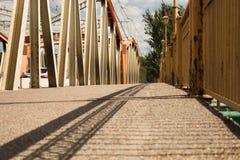 puente claro del concreto del arco que atraviesa Fotografía de archivo libre de regalías
