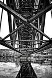Puente clavado visto de debajo fotos de archivo