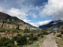 Puente colgante azul en valle Himalayan Fotografía de archivo
