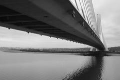 Puente colgante blanco y negro Imagen de archivo libre de regalías
