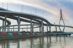 Puente colgante conecta con la carretera intercambiada Foto de archivo libre de regalías