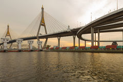 Puente colgante conecta con la intersección de la carretera Foto de archivo libre de regalías