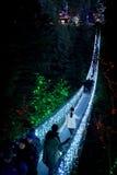 Puente colgante de Capilano encendido para arriba en la noche Fotos de archivo