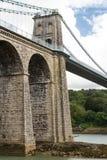 Puente colgante de Menai, del lado oeste de Anglesey Foto de archivo