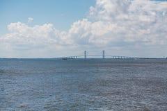 Puente colgante debajo de las nubes de tormenta Imagen de archivo
