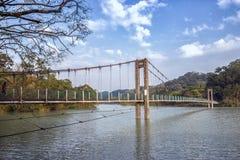 Puente colgante debajo del cielo hermoso Fotografía de archivo libre de regalías
