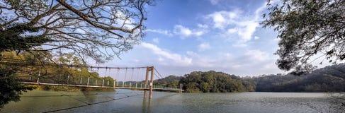 Puente colgante debajo del cielo hermoso Imagenes de archivo
