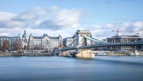 Puente colgante del puente de cadena de Széchenyi atraviesa el río Dan foto de archivo libre de regalías