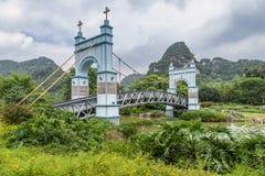 Puente colgante del paisaje imágenes de archivo libres de regalías