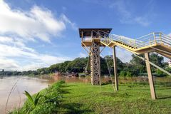 Puente colgante donde dos reuniones del río foto de archivo