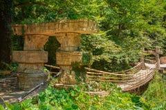 Puente colgante en jardín tropical Arboreto de Sochi Fotos de archivo