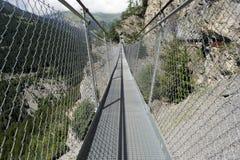 Puente colgante en la montaña Imagenes de archivo