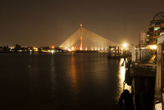 Puente colgante en la noche, Bangkok de Rama 8 Imagenes de archivo