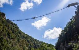 Puente colgante en montaña Fotos de archivo libres de regalías