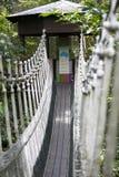 Puente colgante a la choza fotografía de archivo