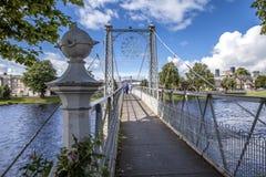 Puente colgante peatonal con la gente Fotografía de archivo libre de regalías