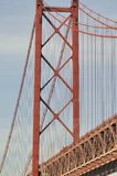 Puente colgante rojo Imagenes de archivo