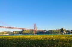 Puente colgante rojo de Lisboa, ejercicio al aire libre, viaje Portugal Foto de archivo libre de regalías