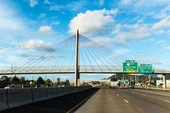 Puente colgante sobre autopista sin peaje foto de archivo libre de regalías