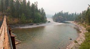 Puente colgante sobre el río de cabeza llana en la estación/el camping manchados del guardabosques del oso en Montana los E.E.U.U Fotografía de archivo