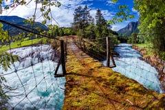 Puente colgante sobre el río de la montaña, Noruega Fotos de archivo libres de regalías