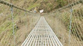 Puente colgante sobre el río en montañas en Nepal Viaje del circuito de Manaslu almacen de metraje de vídeo