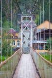 Puente colgante a través del río Katun de la montaña Altai, Siberia Fotografía de archivo libre de regalías