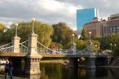 Puente colgante victoriano sobre la charca en el jardín de Boston Publik Imagenes de archivo