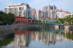 Puente colorido a lo largo del río de Singapur Fotos de archivo libres de regalías
