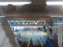 Puente compacto con los pasajeros, Zurich-aeropuerto ZRH imagen de archivo libre de regalías