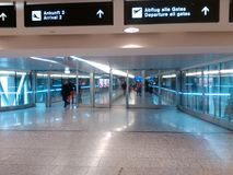 Puente compacto con los pasajeros, Zurich-aeropuerto ZRH Foto de archivo