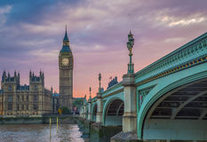 Puente con Big Ben en la puesta del sol, Londres, Reino Unido de Westminster Foto de archivo