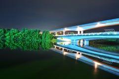 Puente con el ferrocarril elevado del tren por el río Imagen de archivo libre de regalías