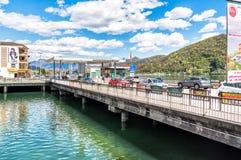 Puente con el punto de control de la frontera entre Italia y Suiza Fotografía de archivo libre de regalías