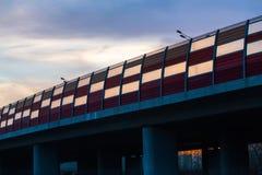 puente con la cerca antiruido en la puesta del sol Imagenes de archivo