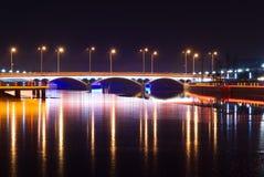 Puente con la luz de neón en la noche Foto de archivo
