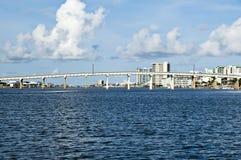 Puente con la propiedad horizontal en fondo Fotos de archivo