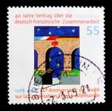 Puente con las banderas nacionales y el corazón, 40.o Anniv del serie alemán-francés del tratado de la cooperación, circa 2003 Foto de archivo