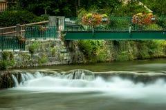 Puente con las flores coloridas en mún Aussee Imágenes de archivo libres de regalías