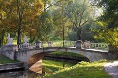 Puente con los centauros, parque de Pavlovsk, St Petersburg Imágenes de archivo libres de regalías