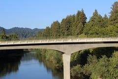 Puente con un pequeño lago fotografía de archivo