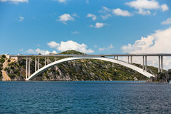 Puente concreto sobre bahía del mar Imagenes de archivo