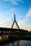 Puente conmemorativo del Bunker Hill de Zakim en la puesta del sol fotografía de archivo